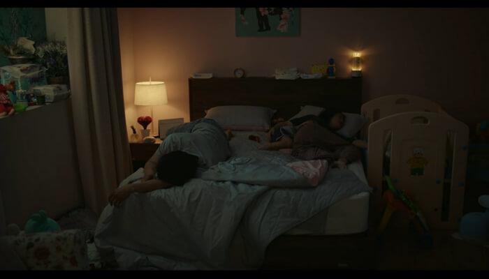 知ってるワイフでジュヒョク(チソン)とウジン(ハン・ジミン)が子どもたちと寝ている様子