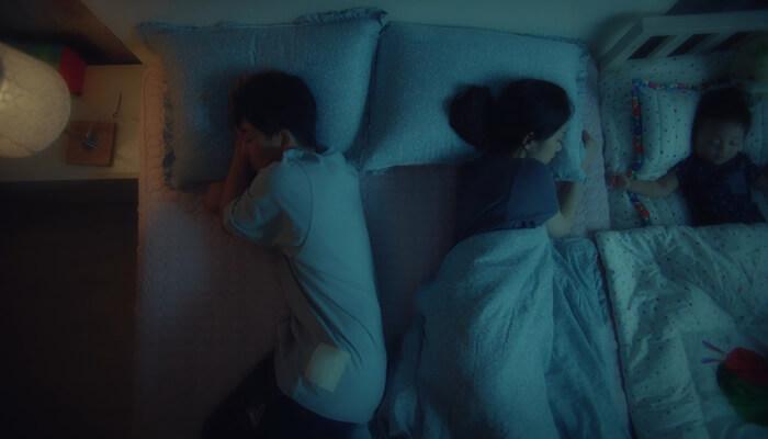 ゴーバック夫婦でバンド(ソン・ホジュン)とジンジュ(チャン・ナラ)が子どもと寝ている様子